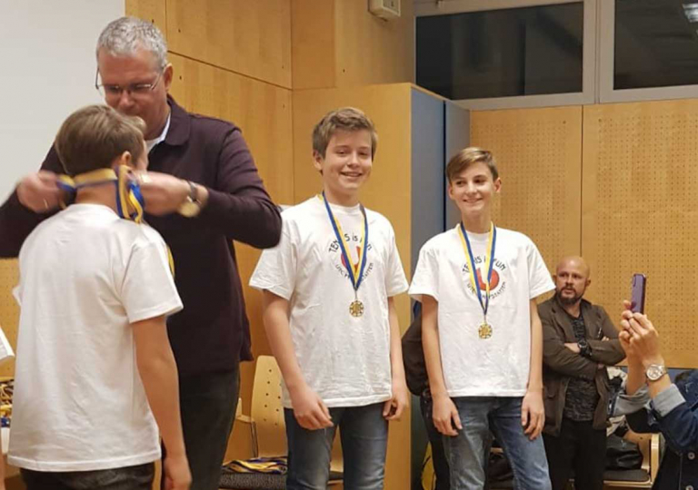 Medaillen-werden-umgehängt-web